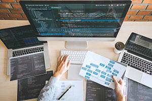 Programmierer beim schreiben von Code für eine WebApp.